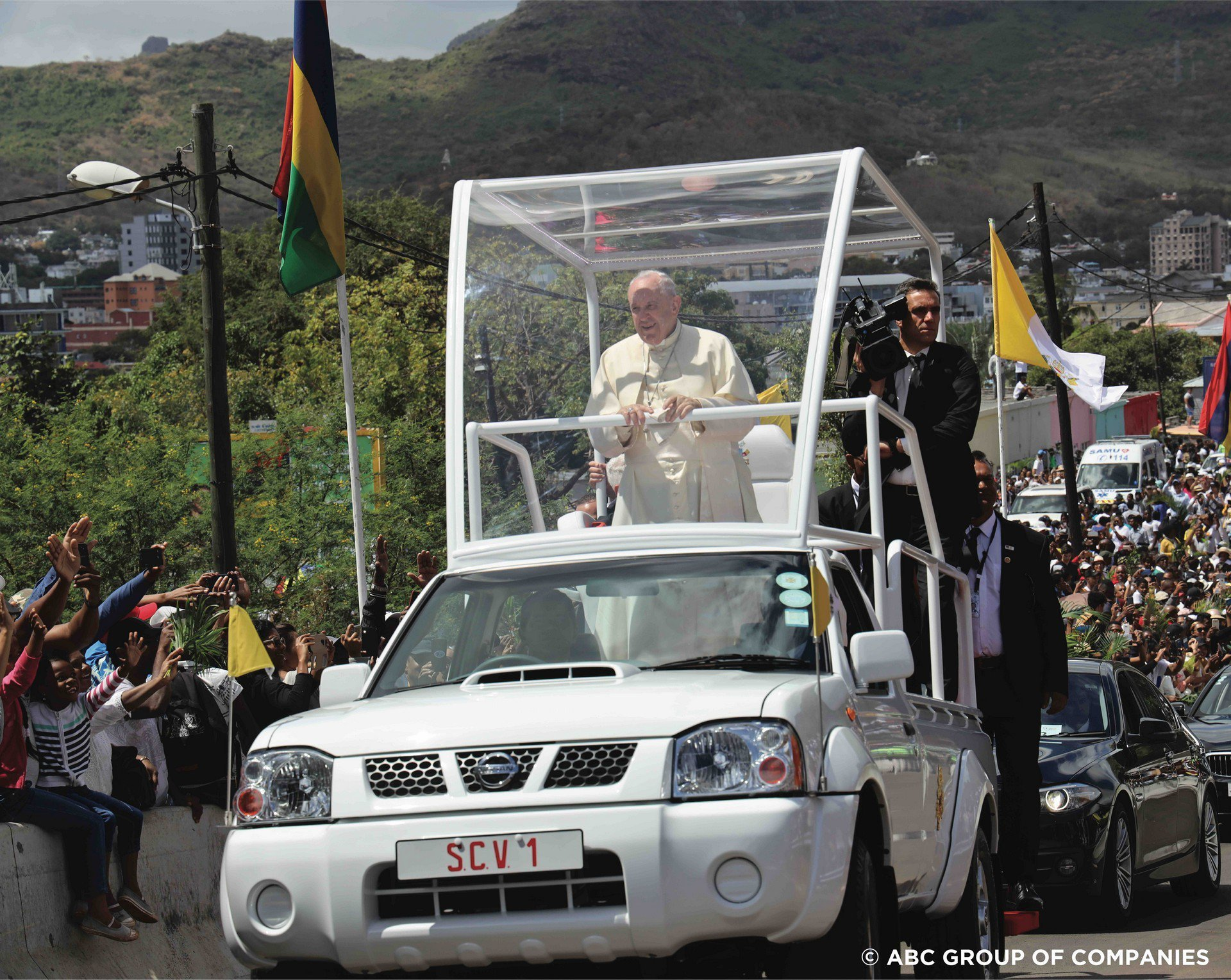 Giáo hoàng Francis diễu hành bằng bán tải Nissan Navara giá rẻ