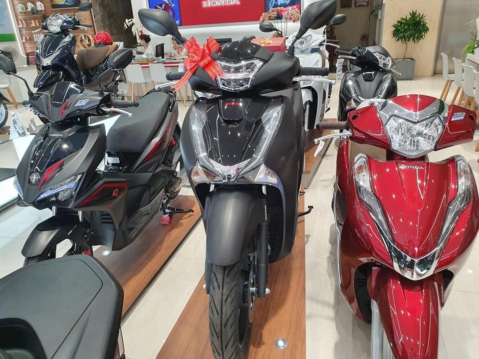 Honda SH các màu sơn được ưa chuộng như đen mờ, trắng đang khan hàng và dự kiến tiếp tục tăng giá thời gian tới.