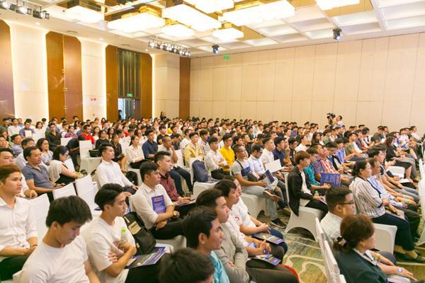 Nhiều người trẻ từ nước ngoài về Việt Nam học phi công
