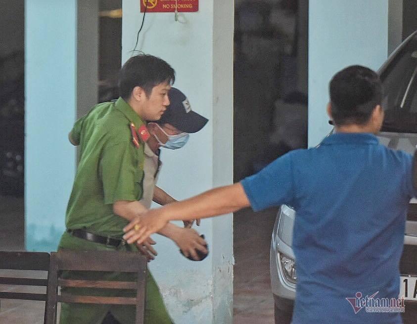 Tin pháp luật số 234, hành xử kiểu giang hồ, Phó chánh án tra tay vào còng