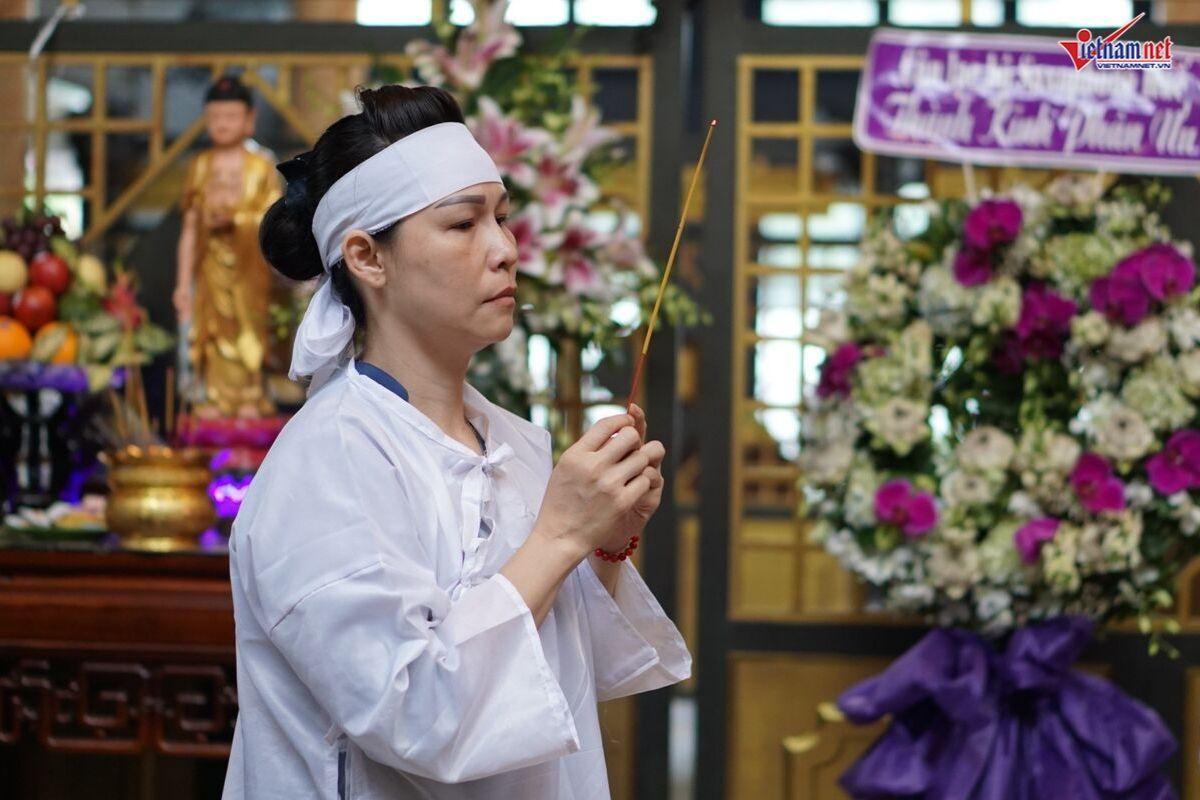 Vợ con lén lau nước mắt tiễn đưa nghệ sĩ Xuân Hiếu