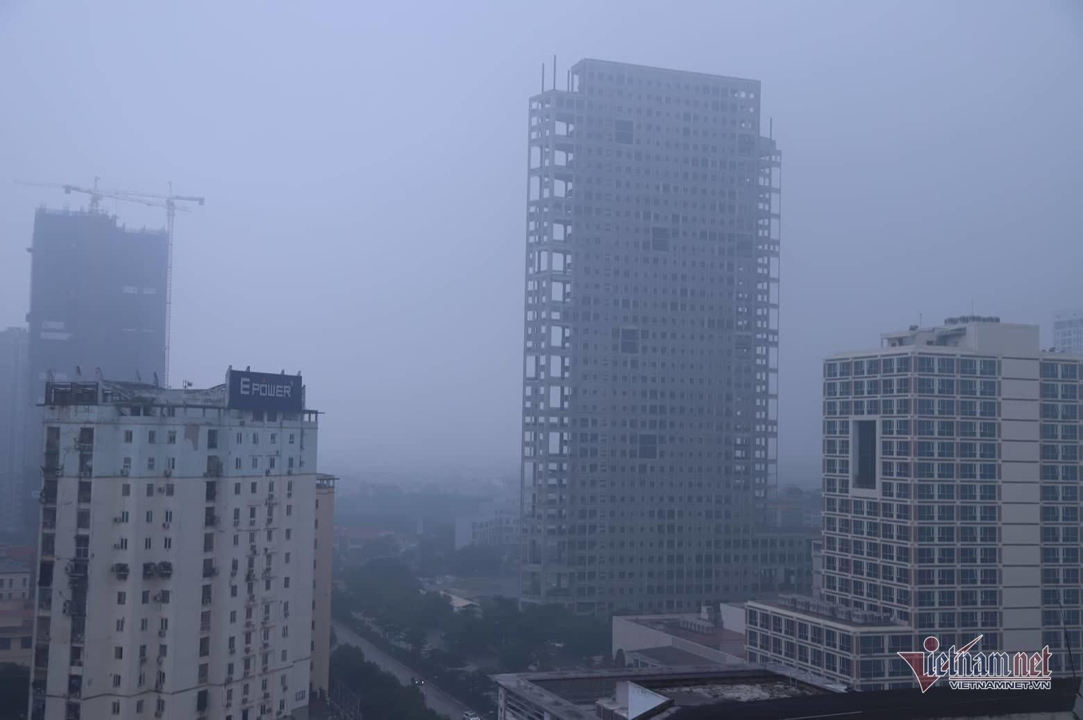 Sương mù giăng phủ Hà Nội, cao ốc mất hút