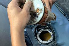 Toyota Vios đổ phải xăng pha nước, đi tong cụm bơm xăng