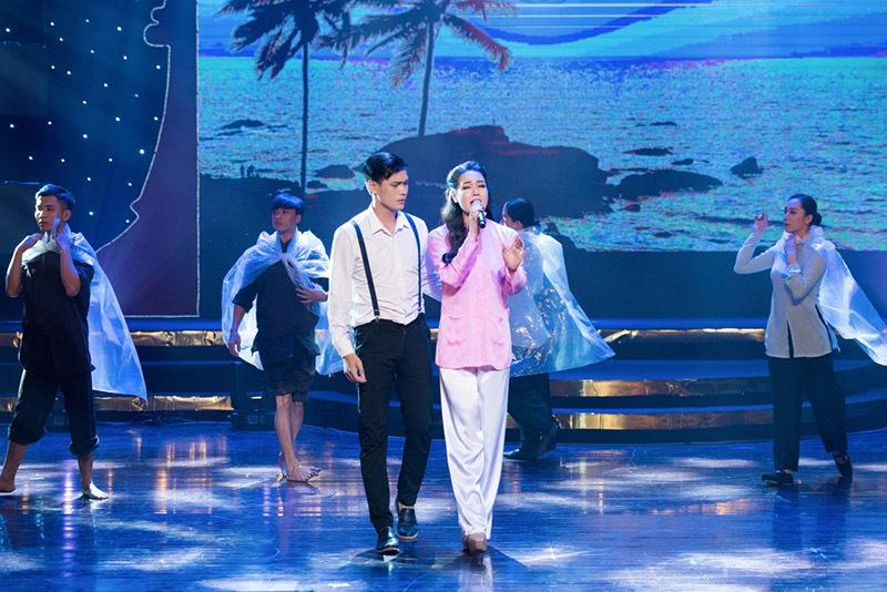 'Thị Bình' Nhật Kim Anh diện váy xẻ sâu khoe vòng 1 đối lập hình ảnh trên phim