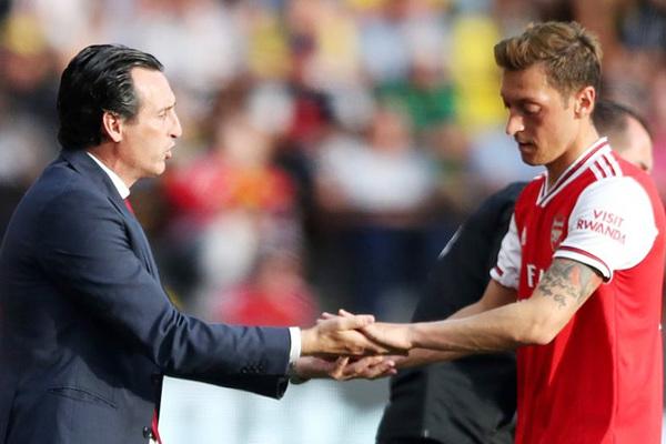 """HLV Arsenal đay nghiến Ozil, trừng phạt """"ông kễnh"""""""