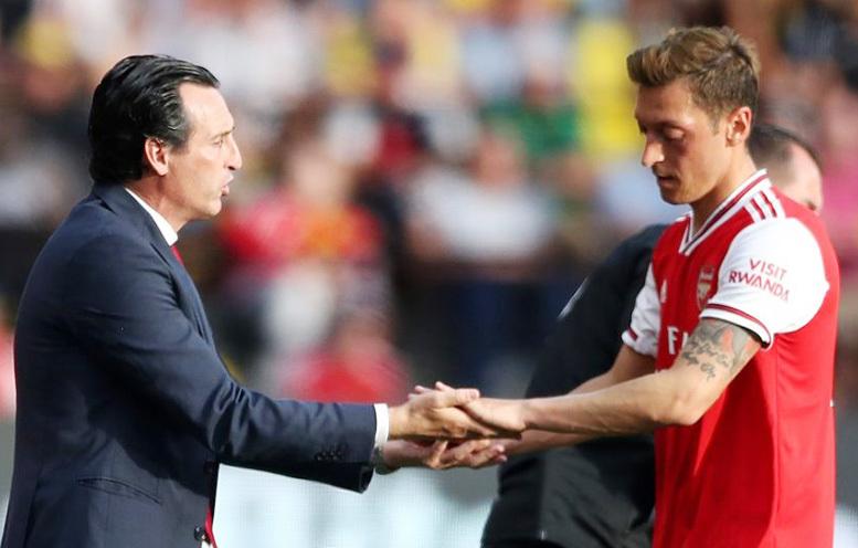 HLV Arsenal đay nghiến Ozil, trừng phạt 'ông kễnh'