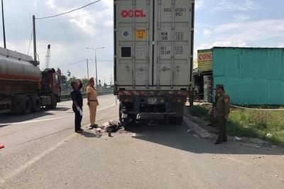 Tông đuôi xe container dừng bên đường, nam thanh niên chết tại chỗ