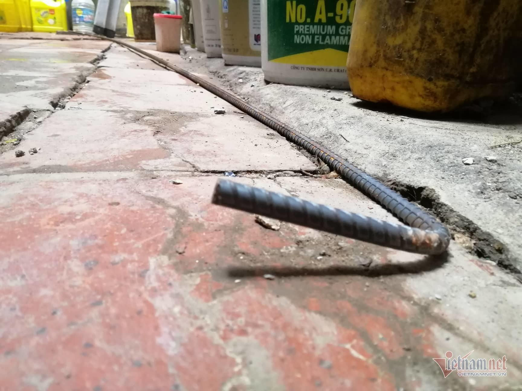 Nhà phố cổ nứt toác, chực sập cạnh công trường xây dựng