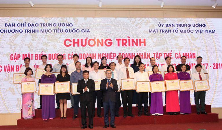 Tích cực ủng hộ người nghèo, Cổng thông tin nhân đạo Quốc Gia 1400 nhận bằng khen