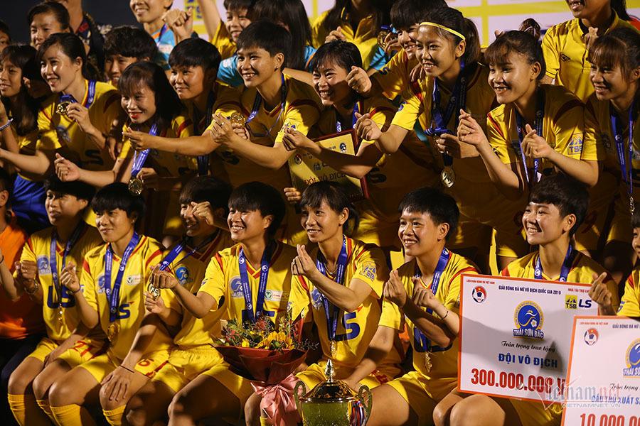 Cầu thủ nữ TPHCM thả tim ăn mừng chức vô địch