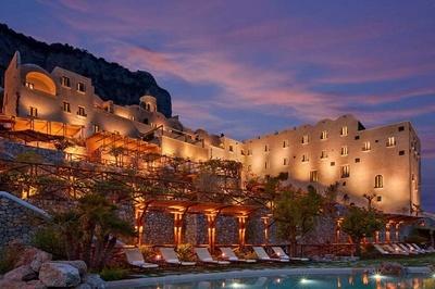 5 khu nghỉ dưỡng xây cheo leo trên vách núi nổi tiếng thế giới