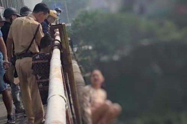 CSGT Hà Nội cứu người phụ nữ dắt con lên cầu Chương Dương định tự tử
