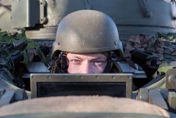 NATO 'thử' lính bằng cách đóng giả phụ nữ, 'gạ' đi hẹn hò