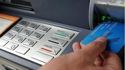 Hàng trăm công nhân bị cầm nợ bằng thẻ ATM