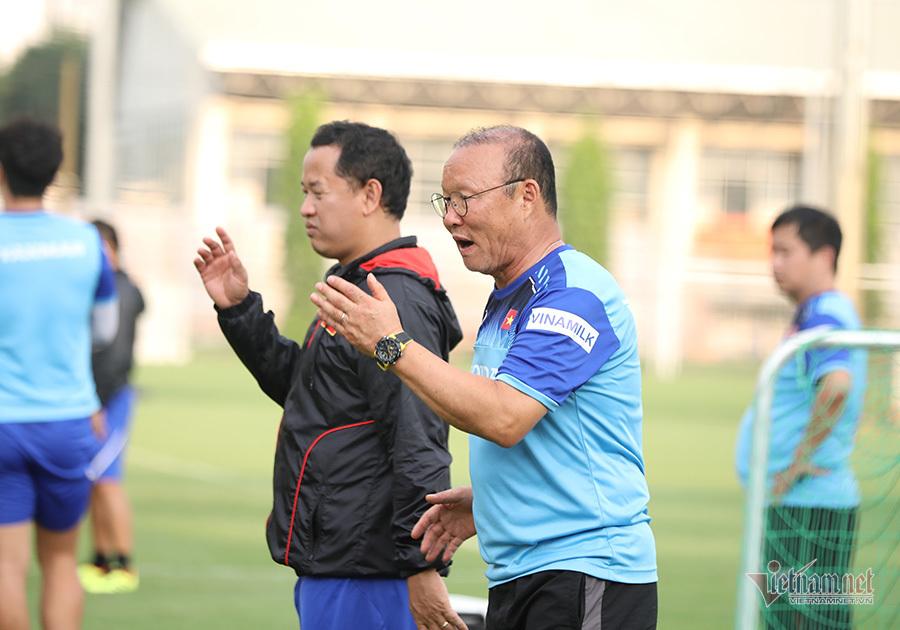 HLV Park Hang Seo không dời mắt khỏi Đặng Văn Lâm