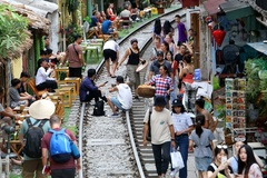 Coffee shops by Hanoi railway urged to be removed