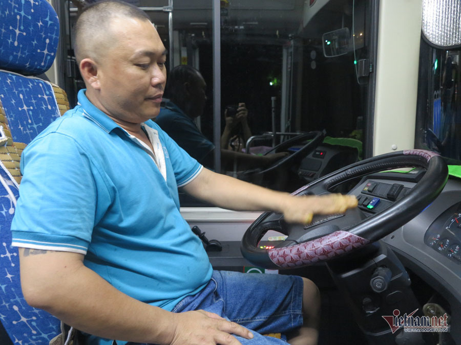 Buồng hạnh phúc trên xe buýt Sài Gòn, tài xế coi con trai riêng của vợ như con đẻ