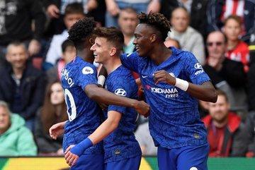 Hàng công bùng nổ, Chelsea đè bẹp Southampton