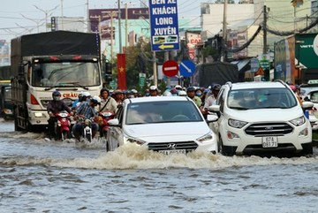 Southern Vietnam suffers from flooding, tidal surges