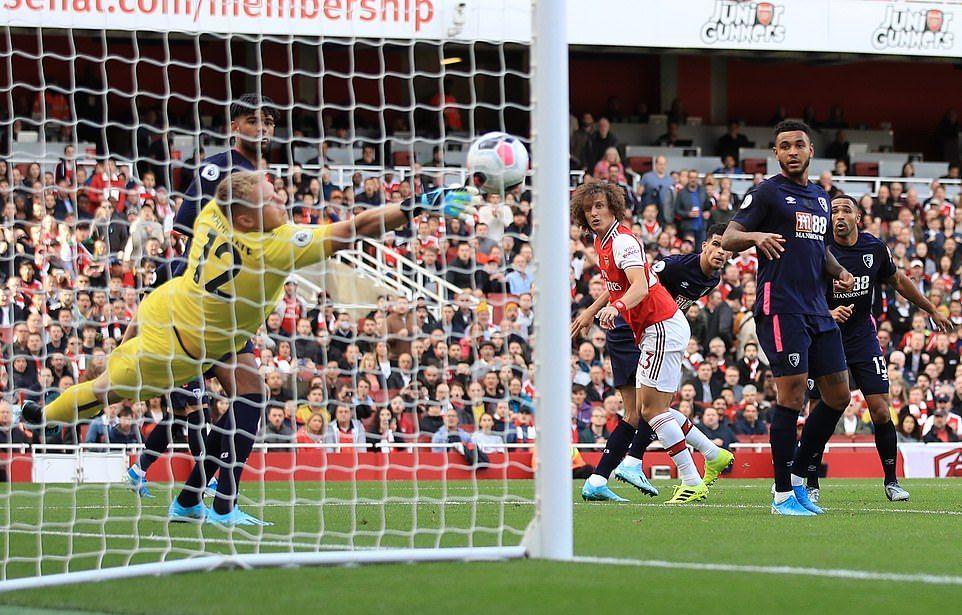 Arsenal vào top 3 nhờ pha không chiến của David Luiz
