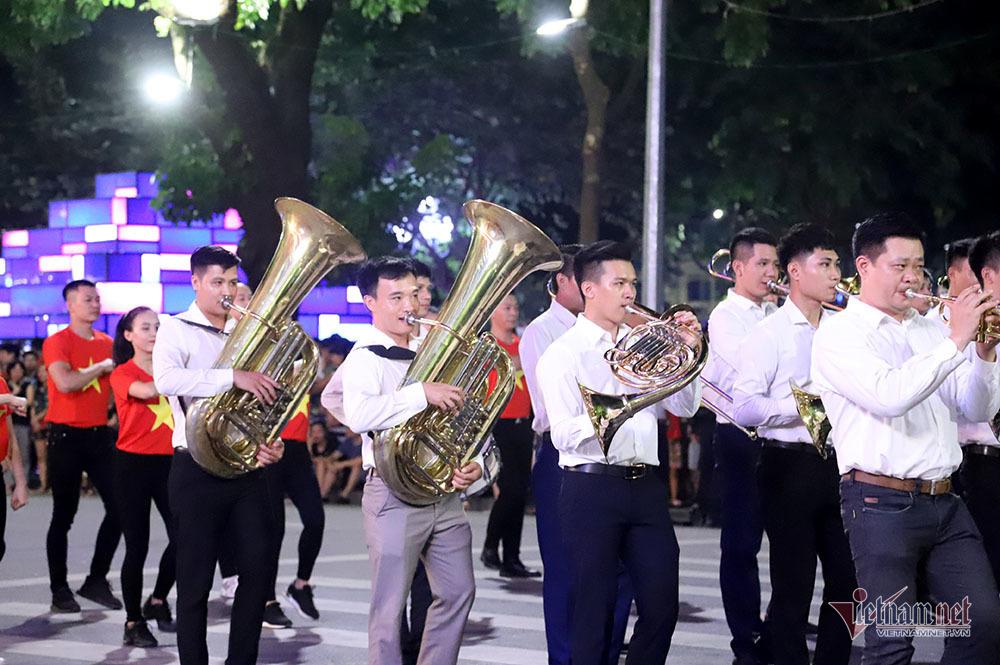 Đại tướng Tô Lâm mang dàn kèn làm rộn ràng phố đi bộ Hồ Gươm