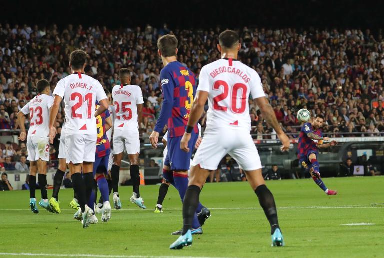 Messi ghi siêu phẩm, Barca vùi dập Sevilla rồi ăn 2 thẻ đỏ