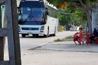 Dân 'khóc' vì xe du lịch chở khách Trung Quốc ồ ạt vào đường quê