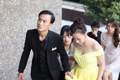Phương Oanh diện váy vàng sexy khoác tay Doãn Quốc Đam ở Hàn Quốc