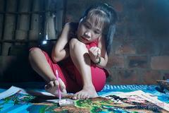 Những bức tranh đính đá và đôi chân kì diệu của cô gái Quảng Bình