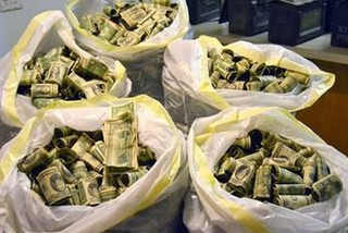Tỷ phú Nga ném 20.000 USD xuống đám đông người tham quan