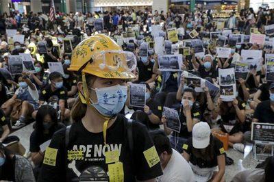 Biểu tình hỗn loạn, nhà giàu Hong Kong cuống cuồng tìm chỗ 'né'