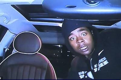 """Tên trộm ô tô hoảng sợ bỏ của khi bị camera """"chiếu tướng"""""""