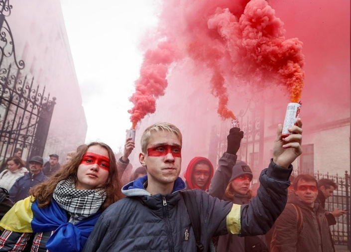 Thousands rally in Kiev to protest autonomy plan for eastern Ukraine