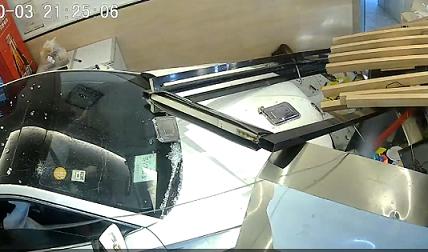 Mất lái, ô tô con đâm thẳng vào quầy lễ tân nhà hàng lớn