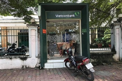 Cô gái rút tiền tại cây ATM, thanh niên táo tợn kề dao uy hiếp cướp