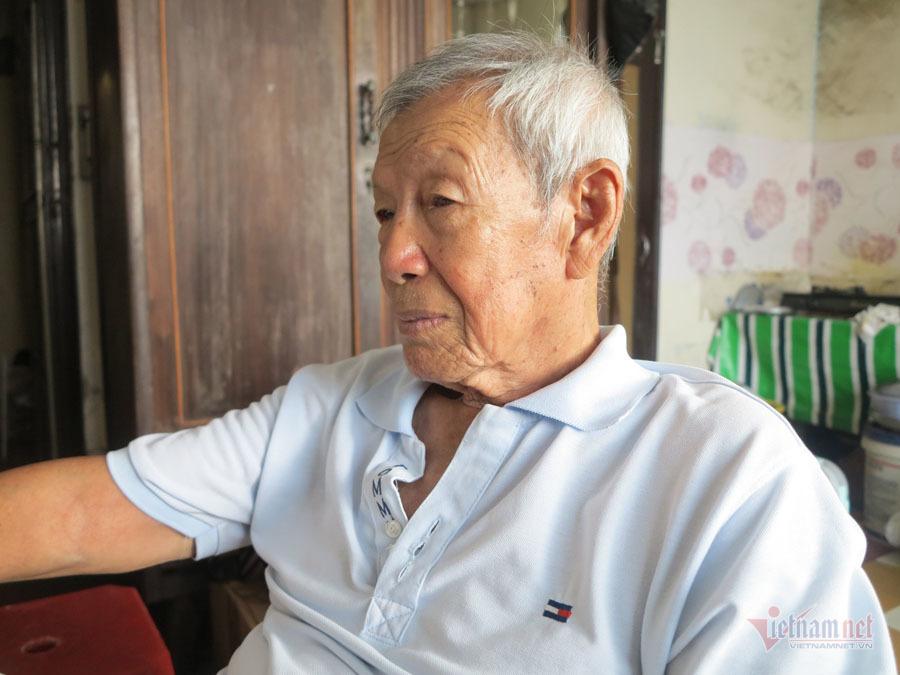Ông Nguyễn Anh Đức sống ở chung cư đã 40 năm. Ông cho biết, không muốn rời đi vì thấy chung cư chỉ cần sơn sửa lại là ở được.