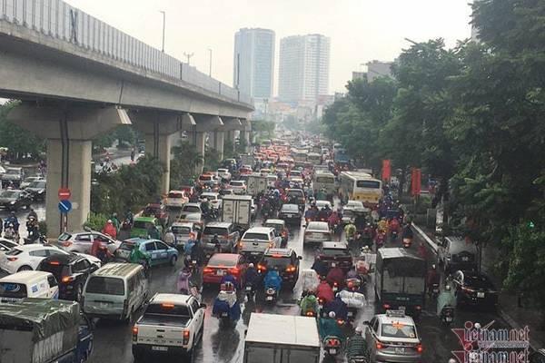 Hà Nội mưa, tắc triền miên từ sáng tới trưa