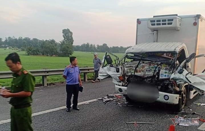 Ô tô tải biến dạng trên cao tốc Trung Lương, hai cha con thiệt mạng