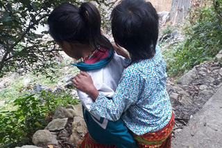 Hai chị em học sinh nghèo dân tộc bị mù cần cứu giúp