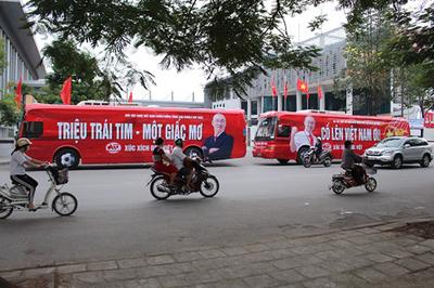Độc, lạ xe buýt cổ vũ tuyển Việt Nam trên đường phố Hà Nội