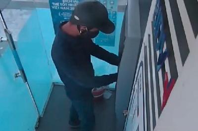 Hai kẻ bịt mặt lắp camera siêu nhỏ tại cây ATM ở Hà Tĩnh