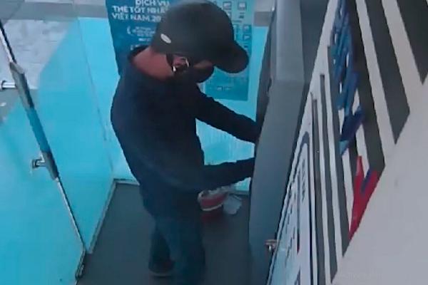 Tin pháp luật số 236, mang súng đột nhập NH, khống chế người rút tiền ở cây ATM