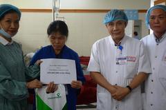 VietNamNet trao 450 triệu giúp cô gái chữa bệnh là việc làm nhân văn
