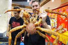 Bàn tiệc cua hoàng đế chiên tỏi kiểu Quảng Đông giá hơn 700 USD