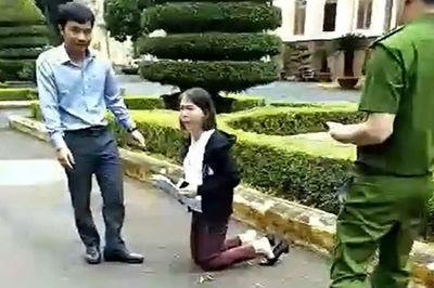 Cô giáo quỳ gối trước ủy ban tỉnh bị điều chuyển do vi phạm dạy thêm