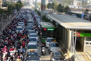 Concerns raised over separated public bus lane plan in Hanoi