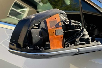 Biker phóng cao tốc, giờ tay đập vỡ gương xe Tesla Model 3
