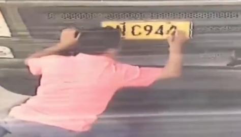 Phạt 200 Nhân dân tệ vì tự vẽ lại biển số hòng qua mặt cảnh sát giao thông