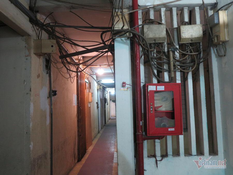 Ngoài hành lang, dây điện chằng chịt, từng mảng tường bong tróc...