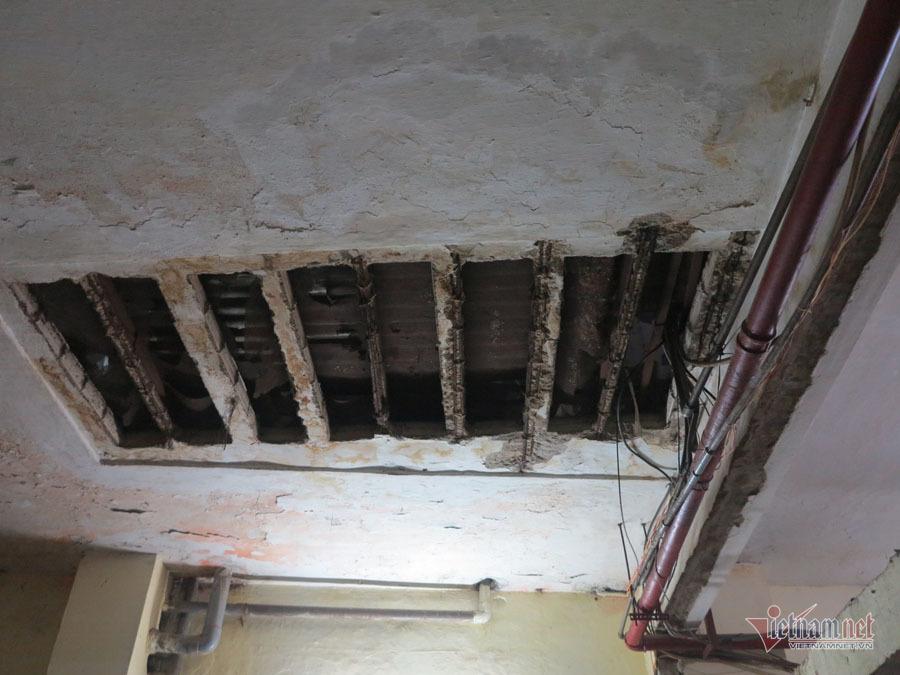 Nhiều mảng tường đãbong tróc.